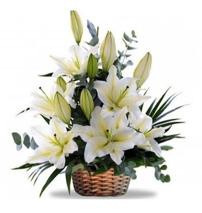 beyaz Çiçeklerden buket Sepette Beyaz Lilyumlar